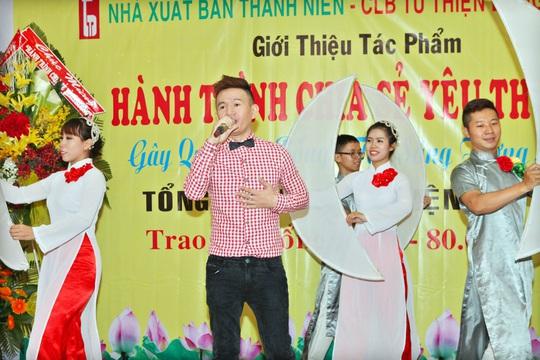 Phạm Nhật Huy hát trong chương trình