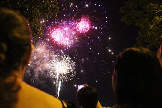 Người dân TP HCM xem bắn pháo hoa vào các dịp lễ, tết
