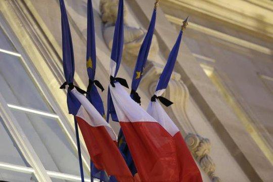 Quốc kỳ Pháp ở Điện Elysee được thắt băng đen trong ngày quốc tang đầu tiên (8-1). Ảnh: Reuters