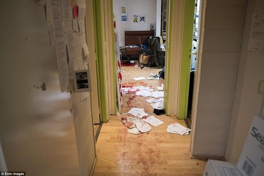Hình ảnh đẫm máu đầu tiên của báo Charlie Hebdo. Ảnh: Ents Images