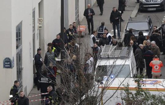 Bên ngoài tòa báo bị tấn công. Ảnh: Reuters