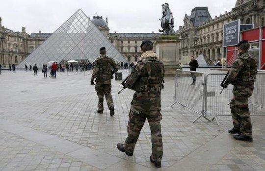 Binh sĩ Pháp bảo vệ bảo tàng Louvre ở Paris hôm 8-1. Ảnh: Reuters