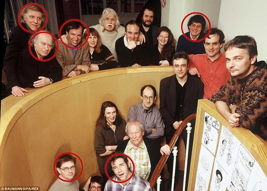 6 trong số những nhà báo thiệt mạng hôm 7-1 trong tấm ảnh chụp năm 2000. Từ trái qua, hàng trên: Ông Philippe Honore, Georges Wolinski, Bernard Maris và Jean Cabut. Hàng dưới, từ trái qua: Ông Stephane Charbonnier và Bernard 'Tignous' Verlhac. Ảnh: REX