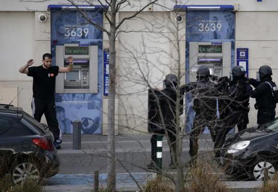 Kẻ bắt con tin ra hàng. Ảnh: Reuters