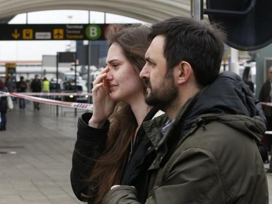 Thân nhân hành khách đau đớn khi biết không còn ai sống sót. Ảnh: Reuters