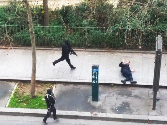 2 nghi phạm bắn chết cảnh sát Ahmed Merabet, 42 tuổi, người Hồi giáo, sau khi rời báo Charlie Hebdo. Ảnh: Daily Mail