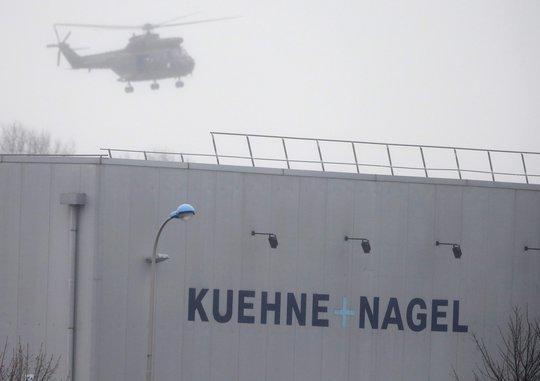 Trực thăng bay trên tòa nhà nơi xảy ra bắt cóc con tin. Ảnh: Reuters