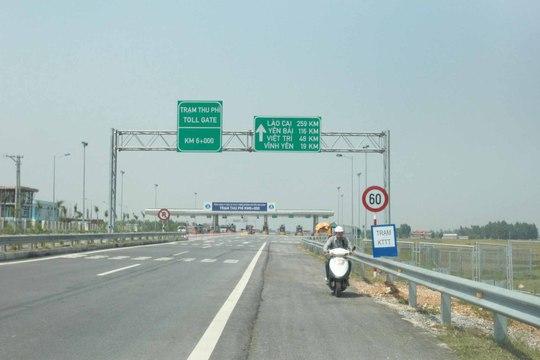 Người điều khiển xe máy đi vào đường cao tốc Hà Nội - Lào Cai trái phép