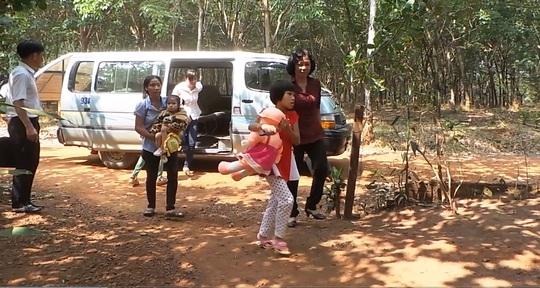 Bé Nguyễn Thị Hảo (ôm gấu bông) về với gia đình