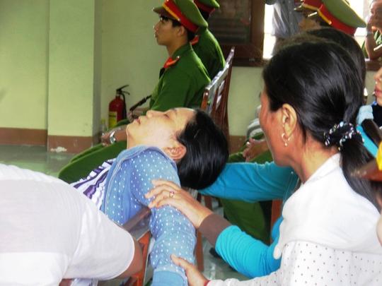 Bà Ngô Thị Tuyết (chị nạn nhân Ngô Thanh Kiều) không đứng vững khi nghe VKS luận tội