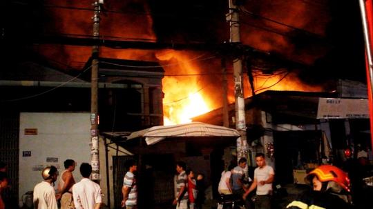 Đám cháy cửa hàng mút xốp tại quận Tân Phú kéo dài hơn 3 giờ vào tối 31-3
