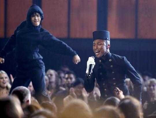 Pharrell Williams trình diễn lại hit Happy