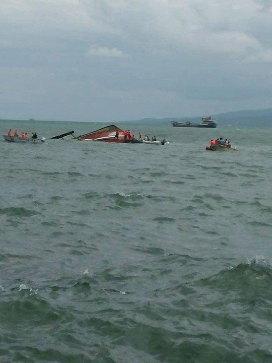 Lực lượng bảo vệ bờ biển Philippines tại hiện trường vụ lật phà. Ảnh: ABS-CBNnews.com