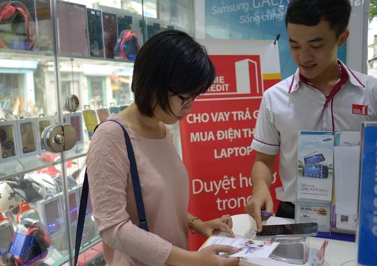 Nhân viên Home Credit đang tư vấn cho khách hàng