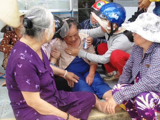 Bà Phạm Thị Nga, vợ cụ Nguyễn Chim, khóc ngất tại UBND xã trước cái chết của chồng