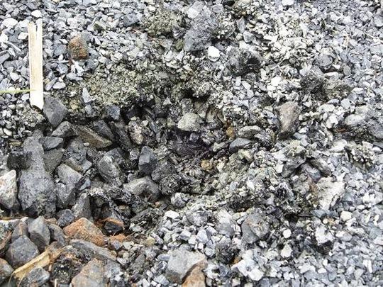 Bề mặt đoạn đường cho thấy không có sự kết dính giữa đá và nhựa đường Ảnh: Quang Nhật