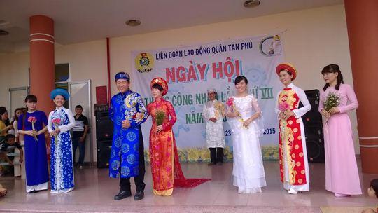 """Một tiết mục trình diễn thời trang áo dài trong """"Ngày hội công nhân"""" do  LĐLĐ quận Tân Phú, TP HCM tổ chức"""