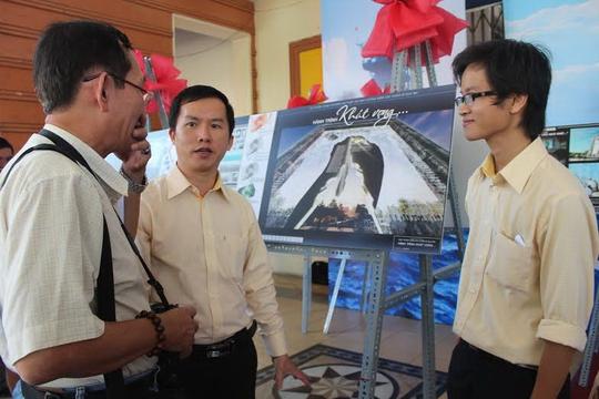 Nhóm kiến trúc sư trẻ của Trung tâm Nghiên cứu kiến trúc trao đổi với khách tham quan về phương án Hành trình khát vọng tại buổi triển lãm lấy ý kiến các phương án vào vòng chung kết