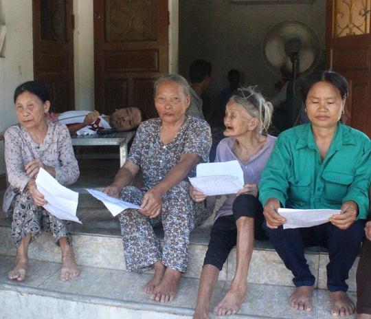 Nhiều người dân nghèo tập trung tại nhà bà Hồ Thị Hoa (xã Quỳnh Thạch, huyện Quỳnh Lưu, tỉnh Nghệ An) đòi nợ
