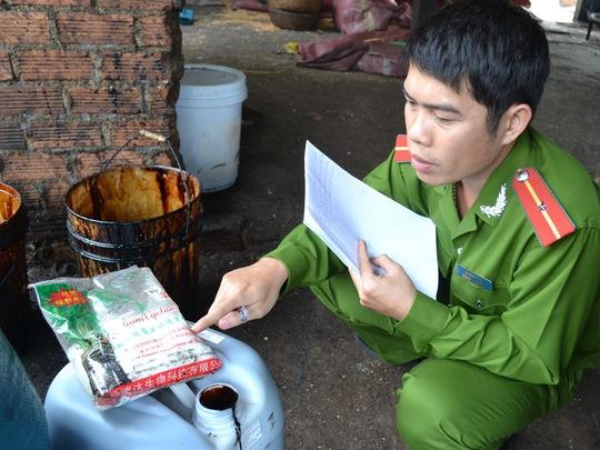 Công an tỉnh Đắk Lắk thu giữ nhiều can, gói hóa chất tại cơ sở chế biến cà phê của ông Nguyễn Đình Quang