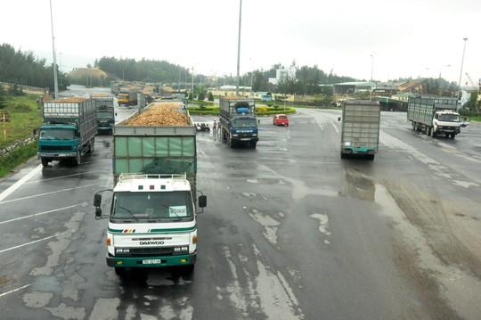 Xe chở gỗ dăm cơi nới thùng, chạy ngang dọc trên tuyến đường Dốc Sỏi - cảng Dung Quất trở thành nỗi ám ảnh với người dân địa phương Ảnh: Tử Trực