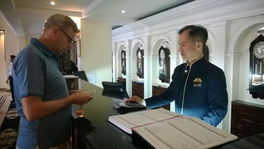 Tết của anh Nguyễn Văn Phúc, NV bộ phận tiếp tân- thu ngân Khách sạn Majestic (quận 1, TP HCM) chính là sự hài lòng của khách hàng