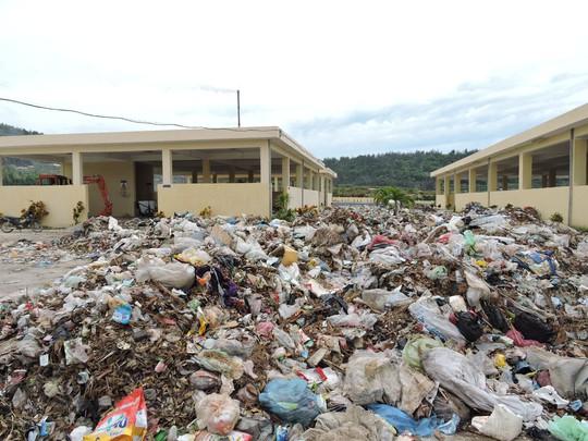 Hậu quả của thiết bị chỉ hoạt động được 10% công suất thiết kế chính là hình ảnh rác chất đầy nhà may