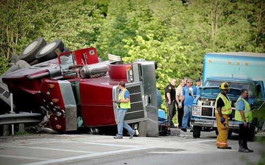 Xe tải chở heo lật nhào trên đường. Ảnh: The Dayton Daily News