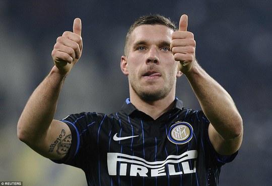 """Podolski nhìn đồng đội suýt """"tẩn"""" nhau trong ngày ra mắt Inter"""