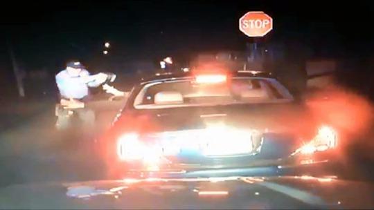 Đoạn video cho thấy người tài xế đưa tay ra đầu hàng. Ảnh: RT