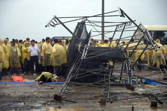 Cô gái bị giàn giáo đè trúng trong sân bay Tacloban hôm 17-1. Ảnh: ABS-CBN