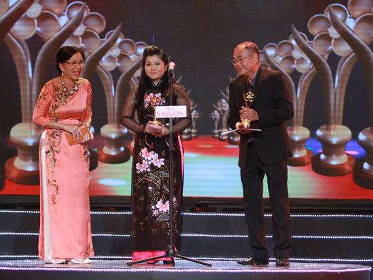 Nghệ sĩ Tú Sương vui sướng nhận tượng vàng Mai Vàng từ NSƯT Kim Xuân và NSƯT Việt Anh.