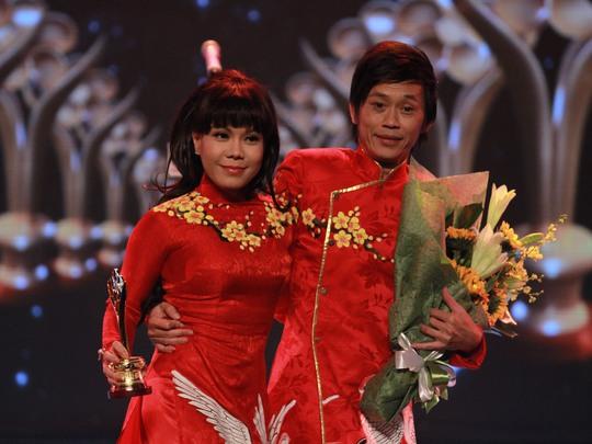 Hoài Linh và Việt Hương đỏ rực trên sân khấu