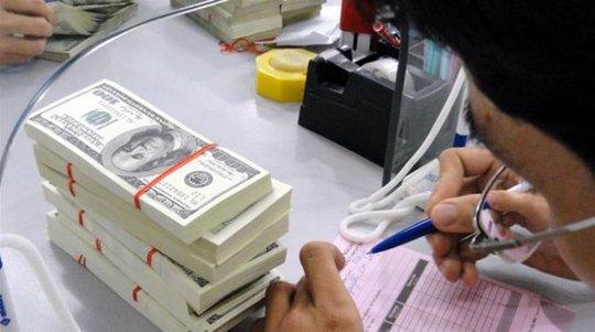 Giao dịch USD tại một ngân hàng thương mại - Ảnh minh họa: TTO