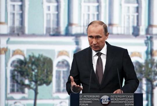 Tổng thống Nga Vladimir Putin phát biểu tại Diễn đàn kinh tế quốc tế St. Petersburg 2015 hôm 19-6. Ảnh: Reuters