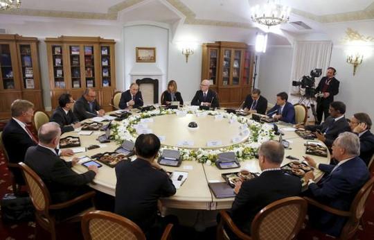 Ông Putin họp với giám đốc các hãng thông tấn quốc tế tại Thư viện Tổng thống Boris Yeltsin ở St.Petersburg hôm 19-6. Ảnh: Reuters