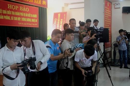 Các phóng viên tại buổi họp báo