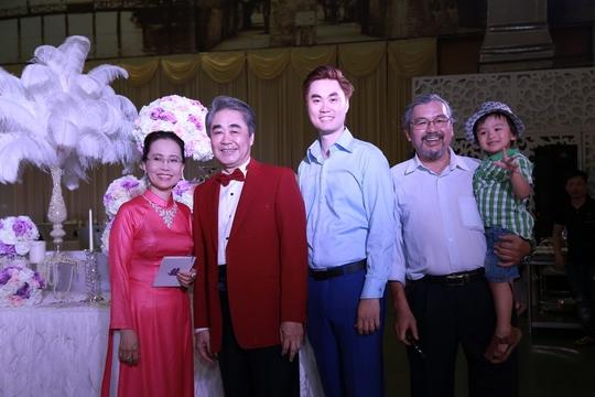 Nhạc sĩ Quyền Văn Minh (ngoài cùng bên phải) đến chúc mừng vợ chồng nhạc sĩ Quang Thọ