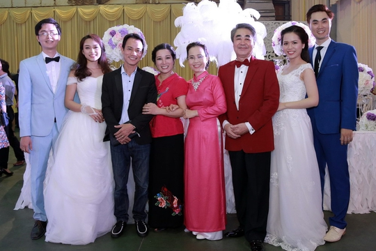 Vợ chồng nghệ sĩ Thanh Thanh Hiền đến chúc mừng đám cưới đôi