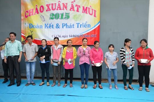 Công nhân khó khăn tại Công ty Carimax Sài Gòn nhận quà Tết từ Công đoàn cơ sở