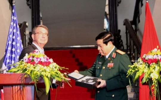 Bộ trưởng Quốc phòng Mỹ Ashton Carter đã trao cho Bộ trưởng Phùng Quang Thanh 2 kỷ vật chiến tranh