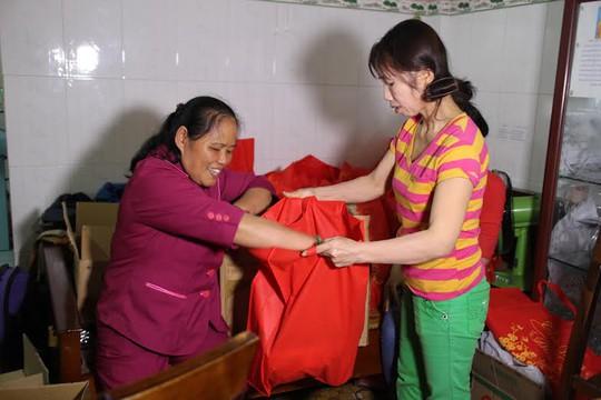 Bà Lê Thị Thanh Hoa chuẩn bị quà Tết tặng công nhân nhà trọ