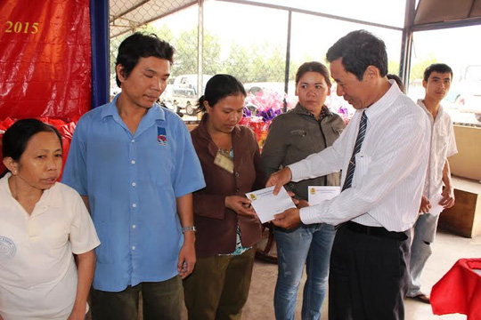 Ông Lê Xuân Hải, Phó Chủ tịch LĐLĐ tỉnh Khánh Hòa, trao quà Tết cho công nhân có hoàn cảnh khó khăn