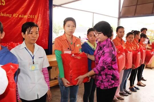 Bà Nguyễn Thị Biên, Chủ tịch CĐ các khu công nghiệp – kinh tế tỉnh Khánh Hòa, tặng quà Tết cho công nhân