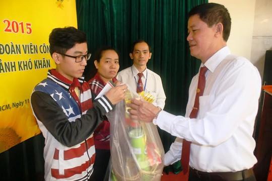 Ông Đặng Hoài Quý, Bí thư Đảng ủy Công ty Vinasun, tặng quà cho con nhân viên có hoàn cảnh khó khăn
