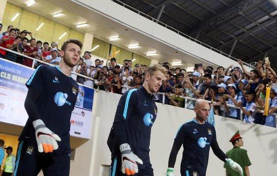 Cầu thủ Man City bức ra sân trong tiếng vỗ tay của các CĐV