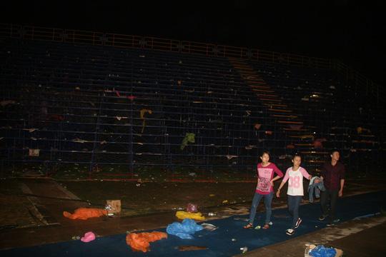 Khu vực 2 khán đài 2 bên sân khấu đều ngập rác rất phản cảm