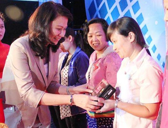 Bà Nguyễn Thị Thu, Chủ tịch LĐLĐ TP, tặng radio cho công nhân khó khăn tại KCX-KCN TP