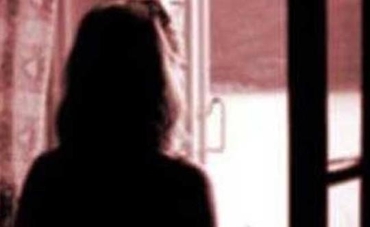Cô gái trẻ bị giam cầm tra tấn trong suốt hơn 1 tháng. Ảnh: NDTV