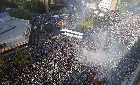 CĐV Real Madrid xuống đường mừng chiến thắng, một hình ảnh gợi nhớ chức vô địch Champions League lần thứ 10 của họ hồi năm qua